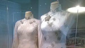två kinesiska dresser på modedockor