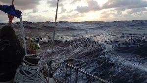 Bild taget från en segelbåt, öppet hav, skymning eller gryning, höga vågor
