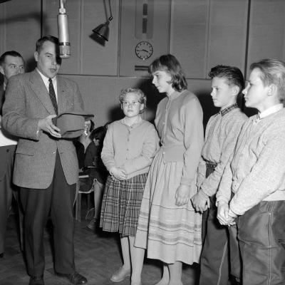 Lapsia kouluradiossa kauan sitten.