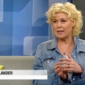 Leena Lander haastateltavana Aamu-tv:ssä, istuu studion sohvalla