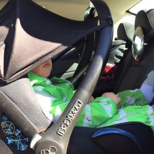 Lapsi autossa turvakaukalossa.