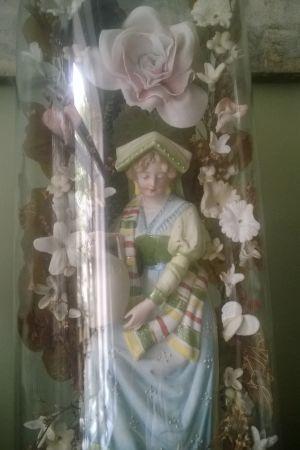 En porslinsfigur föreställande en kvinna i folkdräkt från Bretagne.