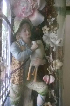 En porslinsfigur föreställande en pojke med en säckpipa.