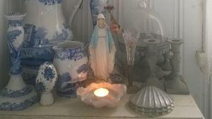 Madonnastaty och blåvitt porslin.