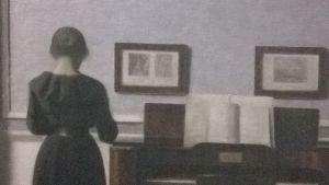 Interiör med piano och kvinna klädd i svart, Strandgade 30 (1901) Vilhelm Hammershøi