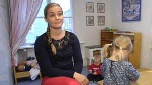 Johanna Turunen med sina barn i bakgrunden