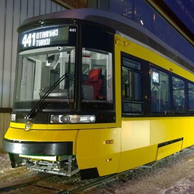 Spårvagn parkerad utanför Logomo i Åbo.