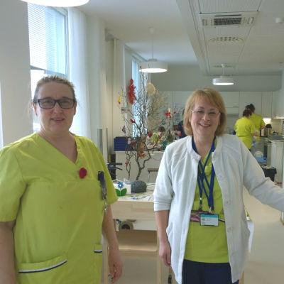 Närvårdare Nina Julin och sjukskötare Kirsi Berg vid serviceboendet Himalaja i Vasa.