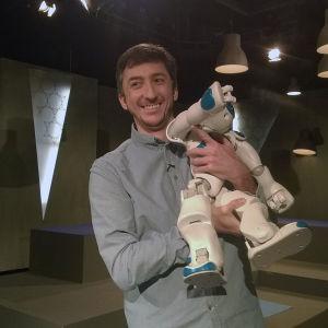 Ivan Puopolo robotin kanssa