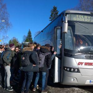 Elever vid Korsholms högstadium stiger på skolskjutsen hem.