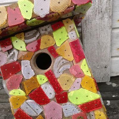 heijastimilla koristeltu linnunpönttö