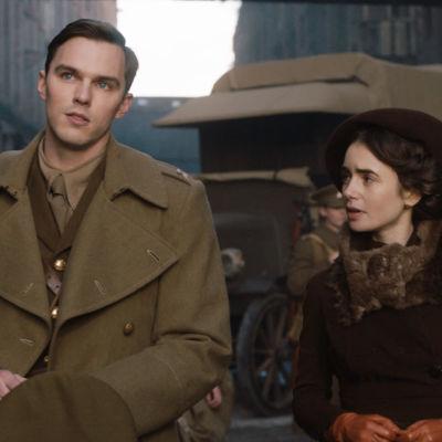 Tolkien (Nicholas Hoult) och barndomskärleken Edith (Lily Collin) strax innan han åker ut i kriget.