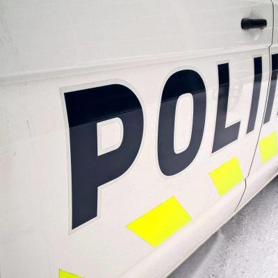 poliisiauton kylki