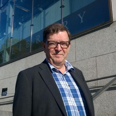 Paavo Väyrynen Turun pääkirjaston edessä.