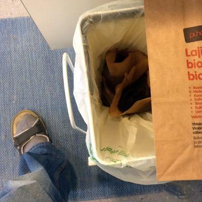 Biojäteastia ja paperinen biopussi.