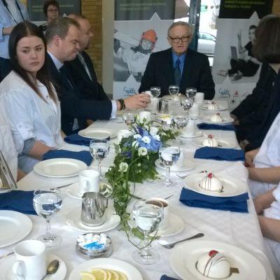 Ahtisaari ja Turun ammatti-instituutin opiskelijat saavat leivoksia.