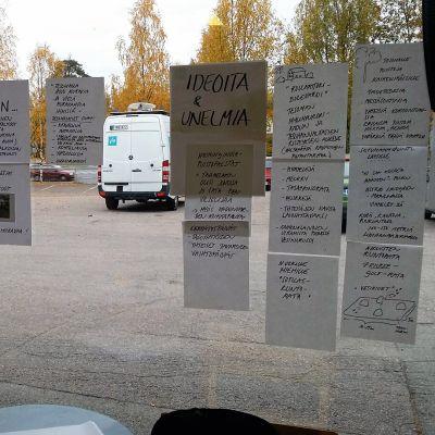 Ideapapereita Yle Tampereen toimituksen ikkunassa Tesomalla