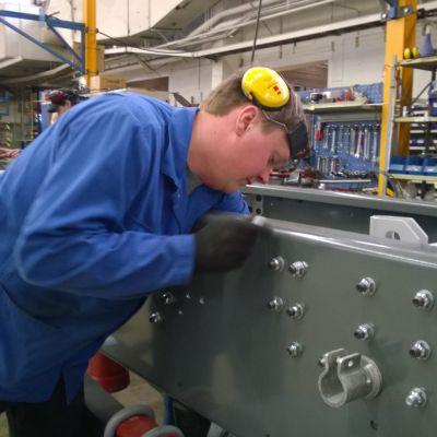 Sisu Auton Karjaan tehtaala on satakunta työntekijää.