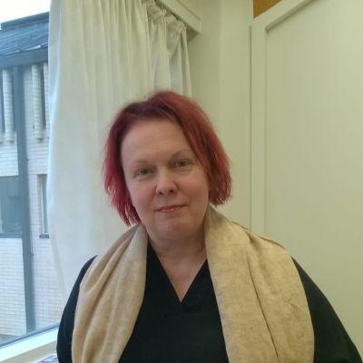 Elina Bonelius är Vasas nya museidirektör. Hon står vid ett fönster.