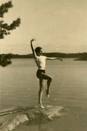 Merin pikkusisko Ritva Louhos Tanhuvaaran rantakalliolla 1952.