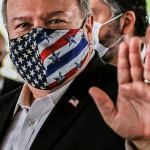 Mike Pompeo fotograferades i munskydd inför en presskonferens i Brasilien i fredags.