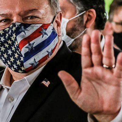 Mike Pompeo maski kasvoillaan.