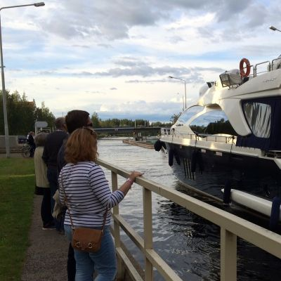 Luksusjahti lipuu Pielisjokea ylöspäin Joensuun kanavassa.