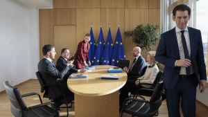 Nederländernas, Österrikes, Sveriges och Danmarks regeringschefer förhandlar med kommissionsordföranden Ursula von der Leyen och ordföranden för Europeiska rådet Charles Michel i Bryssel i februari.