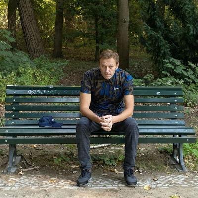 Navalnyi puistonpenkillä Berliinissä.