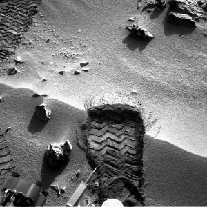 Opportunityn renkaanjälki hiekassa.