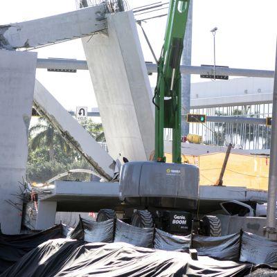 Nosturi ja kaatuneita betonipalkkeja