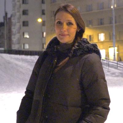 Maria Kramar von Numers ute i en park.
