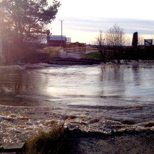 Gammelbron i Finby har dragits med i det ovanligt höga flödet i Närpes å.