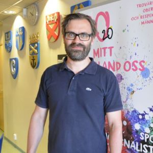 Tomas Järvinen står mot en väggg på Yles redaktion i Borgå 2016