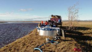 Räddningsarbetare vid floden Ambarnaya utanför Norilsk