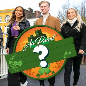 Au pairit Irlannissa -kauden au pairit Ada, Luna, Igi ja Nea kävelevät sillalla Dublinissa.