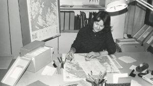 Karttanimistön tarkistusta  Kielitoimistossa 1980-luvun lopulla. Kuvassa Eeva-Liisa Stenhammar