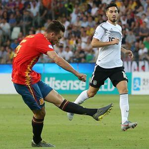 Fabian Ruiz ger Spanien ledningen med 1–0.