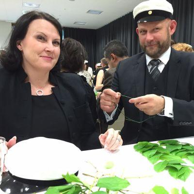 Espoolainen Harri Salminen tekee seppelettä Minna-puolisolleen.