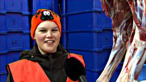 Alina Sten i kylrummet där slaktade älgar förvaras.
