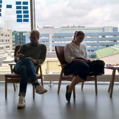 Tuokiokuva Ylen verkkokehityksen viikkokokouksesta, neljä henkilöä, kaksi miestä ja kaksi naista, istuu tuoleilla vastavalossa