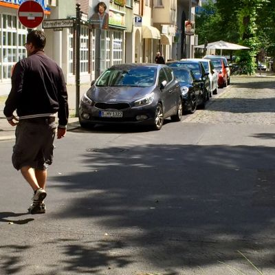 Mies ulkoiluttamassa koiraa.
