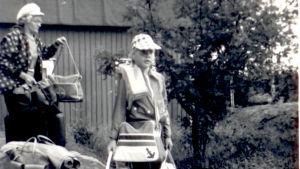 En liten Anna-Maja Henriksson med sin mamma Majlis på Mässkär