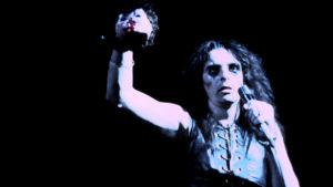 Alice Cooper pitelee irtonaista vauvanuken päätä lavalla vuonna 1972