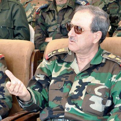 Daoud Rajha seuraamssa ilmavoimien harjoituksia istuen.