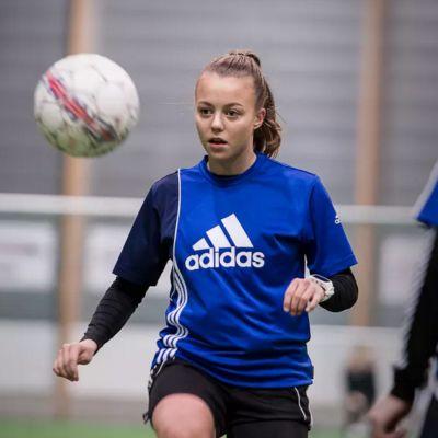 Olga Ahtinen jonglerar med bollen i Karleby.