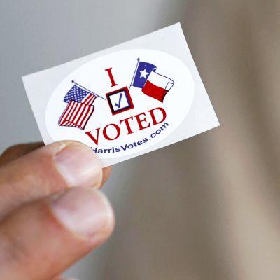 Kuvassa tarra, jossa kerrotaan että on äänestänyt vaaleissa.