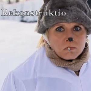 Näyttelijä Mari Turunen suussaan tupakka katsoo suurin silmin kameraan. Kuvassa teksti rekonstruktio.