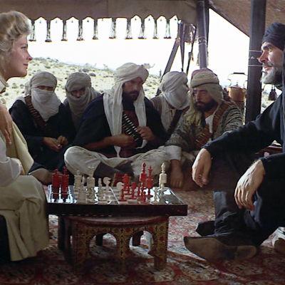 Candice Bergen ja Sean Connery elokuvassa Tuuli ja leijona