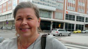 Kätilöliiton puheenjohtaja Katriina Bildjuschkin katsoo kameraan.